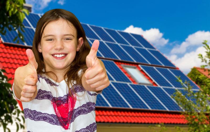 Mädchen mit beiden Daumen nach oben - Solarprofi Schmidt GmbH